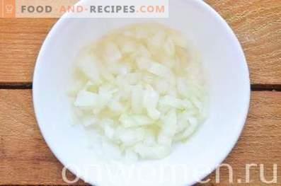 Skiktad sallad med lever, ägg och ost